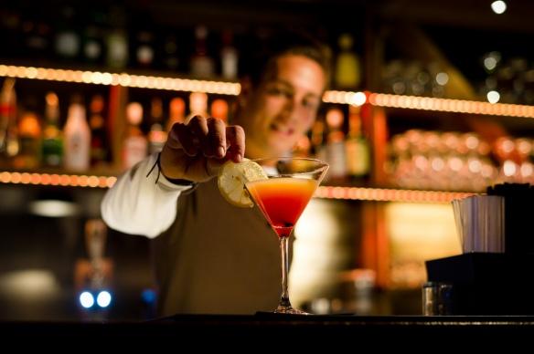 Foto av en bartender som blander en drink på Trysilfjellet