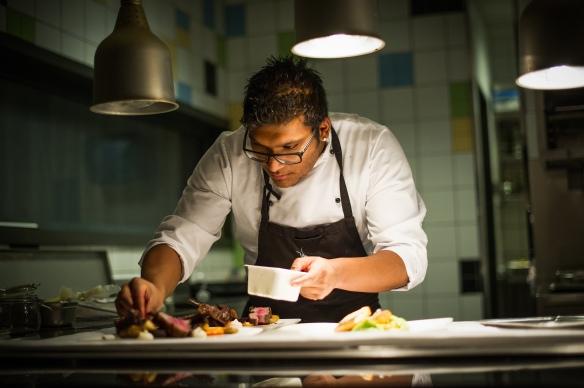 Foto av en kokk som lager mat i en resturant på Trysilfjellet