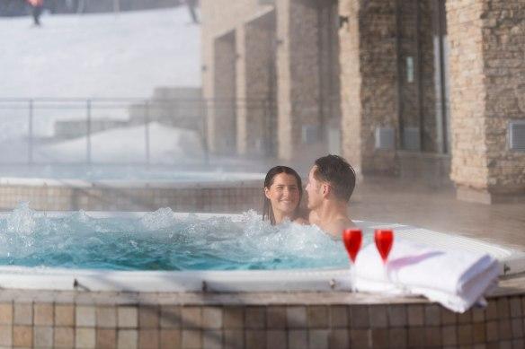 Foto av et par som slapper av i boblebad i Kulpen Spa